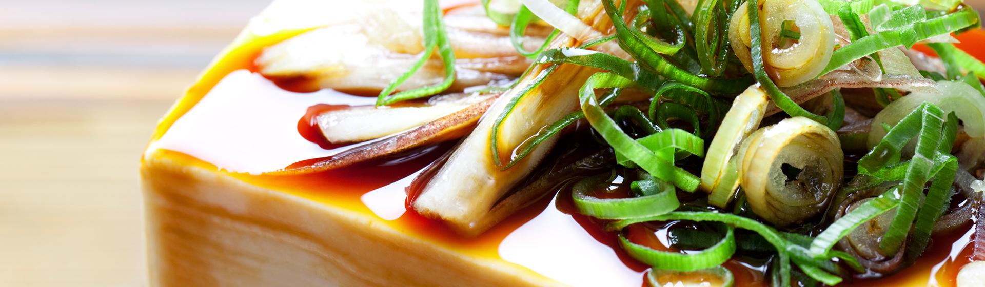 明治38年創業阿蘇小国・黒川、ふるさとの優れた味と香りを大切に造り上げた伝統の『ときわや醤油』良質の原料を使用し長い伝統の技が育むまろやかで旨味あふれる醤油をお楽しみください。